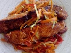 Os dejo la comida de hoy: Salmón con Curry y Azúcar Moreno y, para acompañar, Verduras con Sala de Soja. Rico rico...  :)